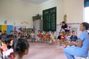 Nhờ phong trào hiến đất của người dân, các em nhỏ xóm Tôm, xã Hợp Thịnh đã được học tập trong những lớp học khang trang.