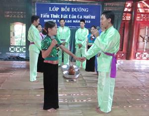 Làn điệu dân ca do các trai, gái Mường Bi biểu diễn.