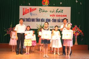 Ban tổ chức trao giải cho các thí sinh xuất sắc đạt giải.