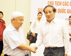 Chủ tịch VFF Nguyễn Trọng Hỷ bắt tay bầu Kiên tại Hội nghị các ông bầu ở đầu mùa bóng. Ảnh: Quang Minh