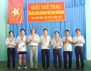 BTC trao giải cho các VĐV đạt thành tích cao tại nội dung đôi nam bóng bàn trên 40 tuổi.