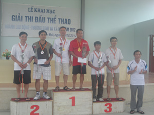 BTC trao giải cho các VĐV tại nội dung đôi nam môn tennis dưới 45 tuổi.