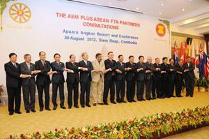 Bộ trưởng Kinh tế các nước ASEAN và đối tác tại Hội nghị tham vấn ở Cam-pu-chia.