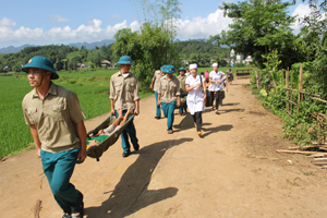 Lực lượng dân quân, y tế xã diễn tập cứu nạn tại bai Rộc, xóm Mu (Ngọc Mỹ).
