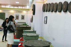 Du khách thăm quan gian trưung bày Trống đồng Hòa Bình tại Bảo tàng Hòa Bình.