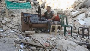 Một binh sĩ quân nổi dậy Syria tại Aleppo - Ảnh: Reuters