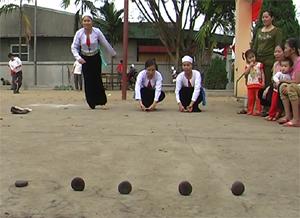 Đến nay, người dân Mường Nghĩa vẫn lưu giữ được những nét đẹp văn hóa, những trò chơi dân gian độc đáo. Ảnh: Trò chơi đánh mảng được tổ chức trong các ngày lễ, tết, ngày hội ở Mường Nghĩa.