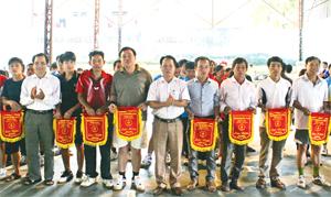Các CLB bóng bàn, cầu lông thường xuyên tham gia giải thể thao cấp huyện nhằm tạo cơ hội cho các thành viên được cọ xát có thêm kinh nghiệm thi đấu. Ảnh: BTC trao cờ lưu niệm cho các đoàn VĐV về tham dự giải cầu lông các lứa tuổi huyện Đà Bắc năm 2013.