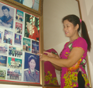 Chị Nguyễn Thị Na trân trọng, nâng niu những tấm hình ghi lại  khoảnh khắc đẹp khi chị khoác trên mình trang phục quân nhân.