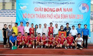 Đại diện BTC trao giải nhất cho đội bóng đá phường Tân Thịnh.