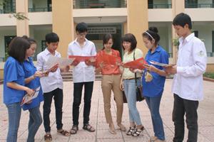 Giáo viên và học sinh trường THPT Ngô Quyền (TPHB) trao đổi kiến thức về bình đẳng giới.