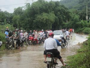 Ngầm Bãi Nai, tỉnh lộ 446 đoạn qua xã Mông Hóa (Kỳ Sơn) nơi anh Đinh Văn Nhân đã bị lũ cuốn trôi dẫn đến tử vong đêm 28/7 chỉ còn duy nhất một chiếc cọc tiêu.