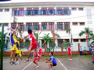 Đội tuyển bóng chuyền nam Yên Thủy (bên phải sân) tham gia giải bóng chuyền vô địch tỉnh năm 2013.