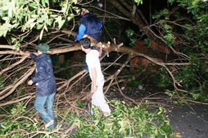 Bất chấp mưa bão, người dân vẫn ra đường di chuyển vật cản gây cản trở giao thông.