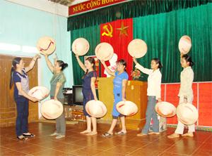 Chị Bùi Thị Thi, cán bộ văn hóa xã Liên Vũ (Lạc Sơn) hướng dẫn tập luyện cho đội múa xóm Côm tiết mục văn nghệ chuẩn bị cho hội diễn xã năm 2013.