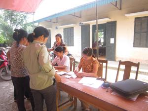 Phụ nữ xã Đồng Tâm (Lạc Thuỷ) đăng ký tham gia Chiến dịch SKSS/KHHGĐ.