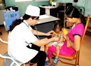 Cán bộ Trạm y tế xã Tân Vinh (Lương Sơn) khám, chữa bệnh cho trẻ em dưới 6 tuổi.