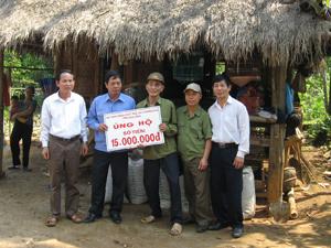 Hội Nạn nhân CĐDC/điôxin tỉnh hỗ trợ nạn nhân CĐDC xã Xuân Phong (Cao Phong).