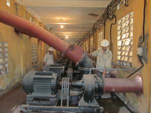 Trạm bơm Quỳnh Lâm đang vận hành hết công suất xử lý kịp thời tình trạng ngập úng kéo dài.