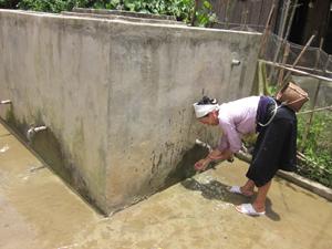 Người dân xã Lũng Vân (Tân Lạc) được hưởng lợi trực tiếp từ công trình cấp nước do Nhà nước đầu tư xây dựng.