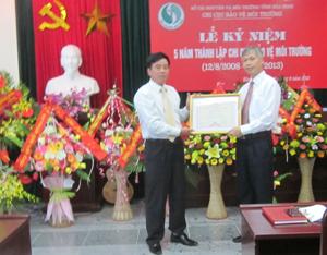Được ủy quyền, đồng chí Giám đốc Sở TM – MT trao bằng khen của Bộ TN – MT cho Chi cục BVMT.
