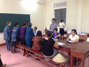 Người dân xã Dân Chủ (TP. Hòa Bình) nhận lương hưu và trợ cấp BHXH tại điểm chi trả xã Dân Chủ.