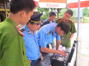 Lực lượng liên ngành kiểm tra thiết bị trước khi triển khai kiểm tra, xử lý xe ô tô quá khổ, quá tải trên quốc lộ 6.