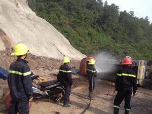 Chiến sĩ Cảnh sát PCCC&CNCH phun nước đề phòng xảy ra cháy, nổ.