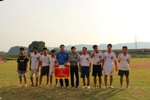 BTC trao giải 3 cho đội xã Đông Phong.