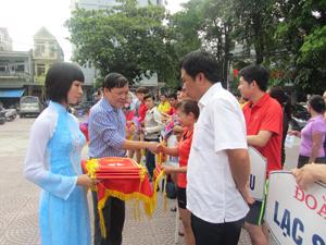 Đồng chí Bùi Ngọc Lâm – Giám đốc Sở Văn hoá, Thể thao và Du lịch trao cờ lưu niệm cho các đoàn tham gia giải.