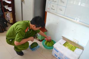 Cán bộ Đội Cảnh sát PCTP về môi trường (Công an TPHB) thử nghiệm ngâm hóa chất thúc hoa quả chín.