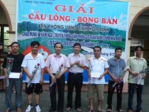 Đồng chí Bùi Văn Cửu, Phó Chủ tịch TT UBND tỉnh trao giải cho các vận động viên.