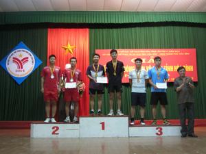 Đồng chí Bùi Ngọc Lâm – Giám đốc Sở Văn hoá, Thể thao và Du lịch trao giải nhất, nhì, ba cho các đội đạt giỉ ở bộ môn cầu lông với nội dung đôi nam.