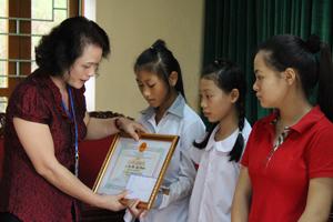 Lãnh đạo UBND huyện Kỳ Sơn trao giấy khen cho các em học sinh là con của gia đình sinh con 1 bề là gái thực hiện tốt chính sách DS – KHHGĐ có thành tích xuất sắc trong học tập.