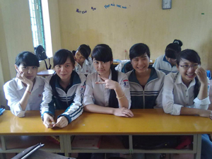 Thủ khoa Kiều Thị Kim Thảo cùng bạn bè ở lớp (Người thứ 2 trái sang).