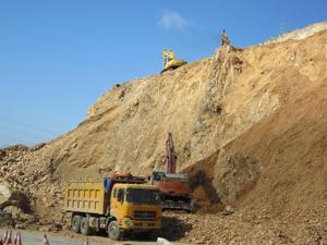 Nhà thầu đẩy nhanh tiến độ thi công các điểm sạt lở cấp bách QL6 đoạn qua huyện Mai Châu.