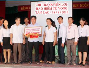Chi trả quyền lợi bảo hiểm cho đại diện gia đình ông Bùi Văn Khuyện.