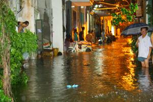 Mưa to làm ngập úng trên đường Trần Quang Khải, TP Hòa Bình.