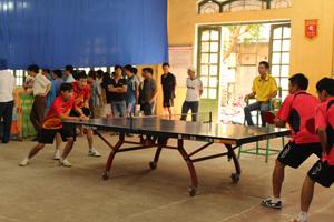 VĐV bóng bàn Mai Châu (bên trái) được tuyển chọn từ giải cầu lông – bóng bàn vô địch huyện (giải nằm trong khuôn khổ đại hội TDTT huyện Mai Châu) tham dự giải cầu lông - bóng bàn vô địch tỉnh.
