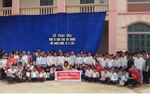 Đoàn tình nguyện cùng các em học sinh và nhân dân trên địa bàn 2 xã Noong Luông và Pù Bin.