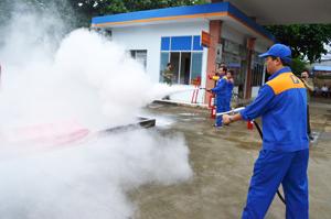 Lực lượng PCCC cơ sở của cửa hàng xăng dầu đã huy động lực lượng, thực hiện phương châm PCCC 4 tại chỗ một cách có hiệu quả.