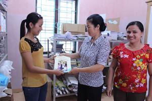 Cán bộ Trung tâm DS/KHHGĐ huyện Đà Bắc trao đổi kỹ năng truyền thông về bệnh tan máu bẩm sinh với cán bộ dân số các xã, thị trấn.