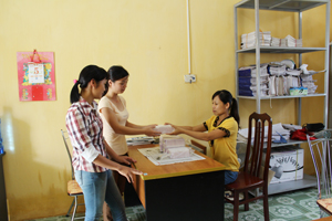 Cán bộ dân số xã Yên Lập (Cao Phong) nhận vật tư, đảm bảo cung cấp kịp thời và đầy đủ các BPTT tới người dân.