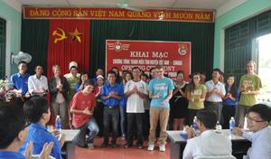 20 tình nguyện viên quốc tế Việt Nam – Canada trong buổi khai mạc chương trình thanh niên tình nguyện Việt Nam – Canada năm 2013.