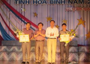 Lãnh đạo Sở VHTT & DL và huyện Lương Sơn trao giải nhất toàn đoàn cho 2 đội Lương Sơn và Cao Phong