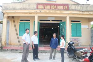"""Lãnh đạo Phòng VH-TT trao đổi với cán bộ thị trấn Cao Phong và Khu 5B về phong trào """"Xây dựng đời sống văn hóa ở KDC""""."""