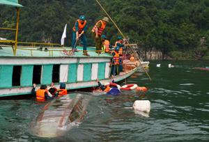 Lực lượng dân quân xã Thái Thịnh tổ chức thực hành ứng cứu người bị nạn trên sông.