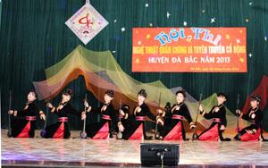 Điệu múa của dân tộc Tày được biểu diễn tại hội diễn NTQC huyện Đà Bắc năm 2013.