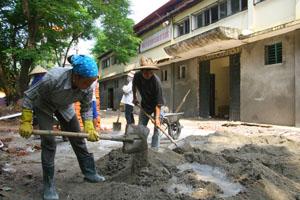 Nhà thầu đang đốc thúc công nhân khẩn trương triển khai các hạng mục cải tạo, nâng cấp nhà thi đấu tỉnh.