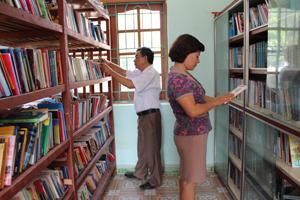 Đoàn tiến hành kiểm tra tại thư viện huyện Cao Phong